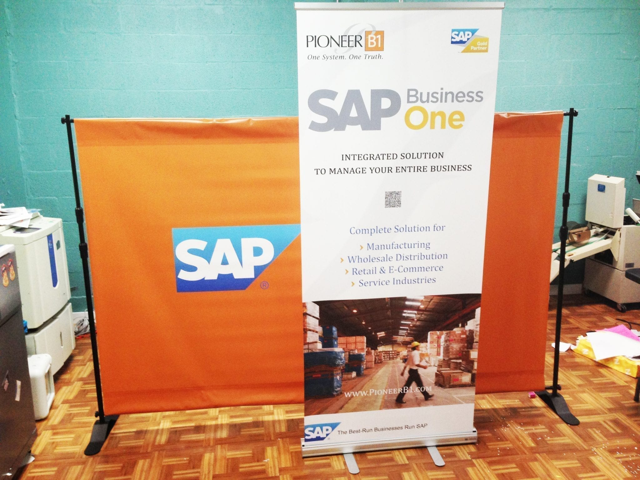 Backwall and retractable banner stand